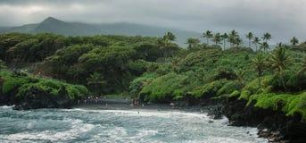 Przegląd Honokalani czerni piaska plaży droga Hana, Maui obrazy stock