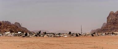 Przegląd i panorama Beduiński x22 & wioska; Wadi Rumowy Village& x22; na krawędzi wadiego Rumowego rezerwata przyrody, Jordania obrazy royalty free