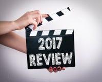 2017 przegląd Kobieta wręcza mienie filmu clapper zdjęcie royalty free