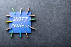 2017 przegląd, notatka na błękitnym papierze przy ciemnym tłem Rezultaty rok, wyśmiewają up Zdjęcie Royalty Free