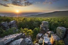 Przegląd od Klastorska skala skały przy zmierzchem fotografia stock
