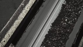 Przegląd poruszający pasowy konwejer z węglem przy kopalnią węglą zbiory wideo