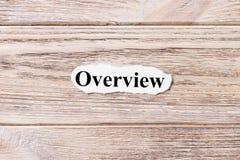 PRZEGLĄD słowo na papierze Pojęcie Słowa przegląd na drewnianym tle zdjęcia royalty free