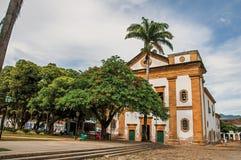 Przegląd stary barwiony kościół, ogród z drzewami i brukowiec ulica w Paraty, fotografia stock