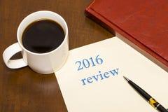 2016 przegląd tekst na prześcieradle papier obok filiżanki Fotografia Stock