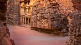 Przegląd teren przy wejściem i skarbiec Petra miasto, Jordania Obrazy Stock