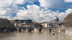 Przegląd Tiber z oczami na kopule święty Peter fotografia royalty free