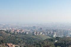 Przegląd zanieczyszczający miasto Barcelona, od Collserola fotografia stock