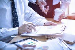 Przeglądać pieniężni raporty w oddawaniu na inwestorskiej analizie zdjęcie stock
