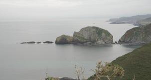 Przegląda formację skały na Atlantyckim morzu i widok linia brzegowa przy horyzontem zbiory