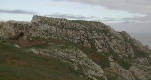 Przegląda formację skały w Atlantyk z niektóre chmurami zdjęcie wideo