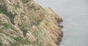 Przegląda formację skały z wodą rozbija przeciw mu na Atlantyckim morzu zdjęcie wideo