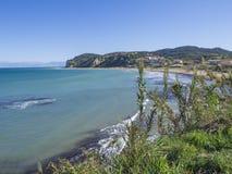 Przegląda na ażio i trzymać na dystans, mała miejscowość turystyczna na północno-wschodni wybrzeżu Corfu w Grecja, letniego dnia  zdjęcie royalty free