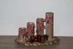 Przegląda na drewnianym nastanie wianku z dwa płonącymi świeczkami w niederlangen emsland Germany w domu fotografia royalty free