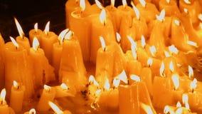 Przegląda na pięknych płonących świeczkach przy kościół, miejsce wypadek, pomnik zbiory wideo