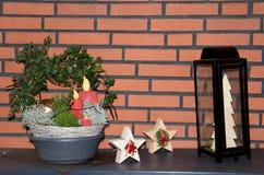 Przegląda na plenerowej boże narodzenie dekoracji z świeczką, roślina i drewniane gwiazdy w niederlangen emsland Germany w domu zdjęcie stock