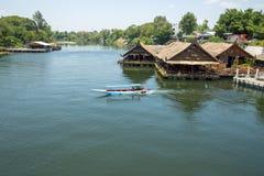 Przegląda Nadrzeczną restaurację i prędkości łódź w rzece obrazy stock