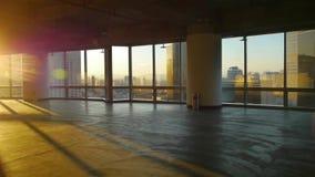Przegląda nowożytną architekturę od budynku okno, ucieczki warstwa, słońce przepustka przez okno zdjęcie wideo