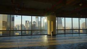 Przegląda nowożytną miasto architekturę od budynku okno, ucieczki warstwa, słońce przepustka przez okno zbiory