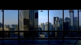 Przegląda nowożytną miastową architekturę od budynku okno w Pekin, słońce przepustka przez okno zbiory
