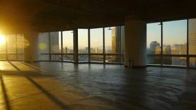 Przegląda nowożytny miastowego od budynku okno, ucieczki warstwa, słońce przepustka przez okno zbiory wideo
