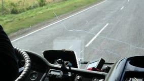 Przegląda od kokpitu autobus na wiejskiej drodze swobodny ruch zbiory wideo