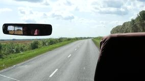 Przegląda od kokpitu autobus na wiejskiej drodze swobodny ruch zbiory
