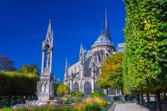 Przegląda piękną Notre Damae katedrę i kwiaty w S z ogródem Zdjęcia Stock