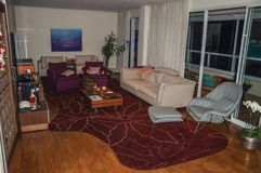 Przegląda przestronnego żywego pokój z nowożytną i elegancką dekoracją w São Paulo mieszkaniu fotografia stock