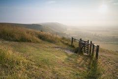Przegląda przez Angielskiego wieś krajobraz podczas późne lato wigilii Fotografia Royalty Free