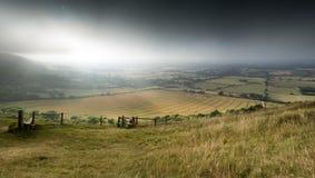Przegląda przez Angielskiego wieś krajobraz podczas późne lato wigilii Obrazy Stock