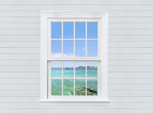 przegląda seascape od białego okno drewnianej ściany i, Pattaya miasto, Obrazy Royalty Free