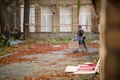 Przegląda starego roamer pcha jego furę w ulicie Zdjęcie Stock