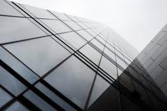 Przegląda up przy nowożytnym budynkiem w Europa Fotografia Royalty Free