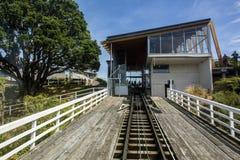 Przegląda w górę śladu od Wellington wagonu kolei linowej Kelburn terminus obraz royalty free