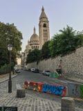 Przegląda w górę ulicy i dzwonnicy na Montmartre w kierunku Sacre Coeur bazyliki, Paryż, Francja Obrazy Stock