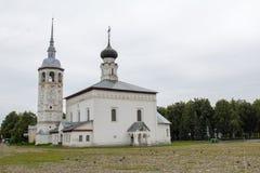 Przegląda wskrzeszanie kościół i brukującego głównego plac w mieście Suzdal Rosja Fotografia Stock
