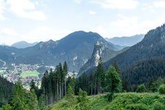 Przegląda z góry na mieście w dolinie między pasmami górskimi fotografia stock