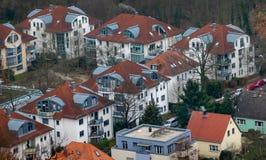 Przegląda z góry na mieszkaniowym rozwoju stara część miasteczko z dachami od, który jest dzisiaj przedmieściem duży miasto, obrazy royalty free