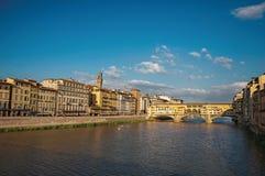 Przegląd rzeczny Arno, budynki i Ponte Vecchio most w Florencja, Obrazy Stock