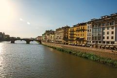 Przegląd rzeka Arno, most i budynki przy zmierzchem w Florencja, Fotografia Royalty Free