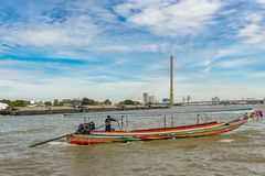 Przegląda przy Ramy VIII zawieszenia mostem nad Chao Phraya rzeka Obraz Royalty Free