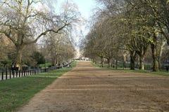 Przegniła rząd uzdy ścieżka w Hyde parku Londyn Zdjęcie Stock