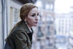 Przegrana i smutna kobiety cierpienia balkonowa depresja patrzeje w domu obraz royalty free