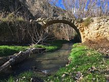 Przegrany most chujący w górach obraz stock