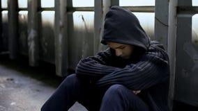Przegrany nastolatka obsiadanie w zaniechanym domu, uprowadzenie ofiara, czuciowa depresja fotografia stock