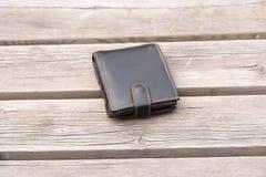 Przegrany portfel na pustej ławce Obraz Stock