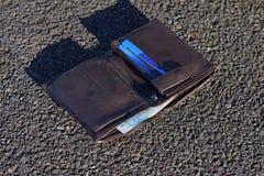 Przegrany portfel z gotówkowymi i kredytowymi kartami na ulicie Fotografia Royalty Free