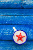 Przegrzebka koloru filiżanki błękita stół Zdjęcie Stock