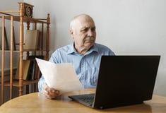 Przejęty zmartwiony starszy biznesowy mężczyzna obraz royalty free
